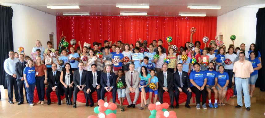 Em visita ao município, presidente da Alltech doa US$10 mil e brinquedos ao projeto CAIS/SCFV