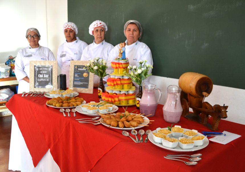 Com degustação, alunos concluem curso de salgadeiro da Carreta do SENAC