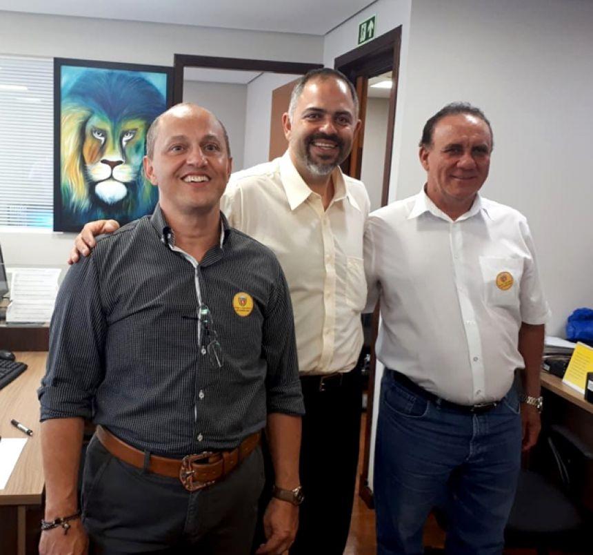 Prefeito Jos� Isalberti e vereador Evaldo Domingues com deputado estadual Artag�o Jr.