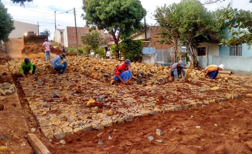 Governo Municipal inicia pavimentação com pedras irregulares