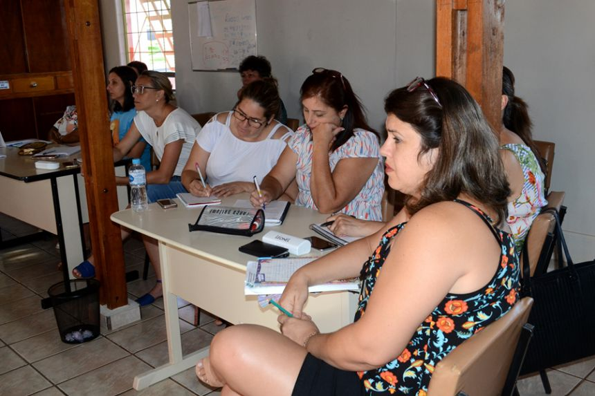 Equipe pedagógica de São Pedro do Ivaí recebe treinamento de doutora da UEM