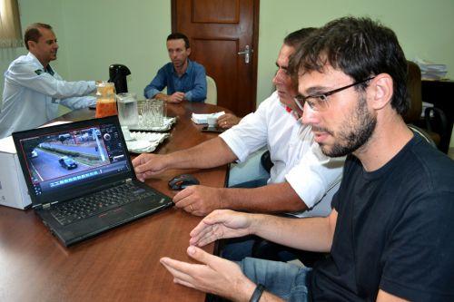 Chefe do departamento de inform�tica da Prefeitura de SPI apresenta o sistema aos visitantes