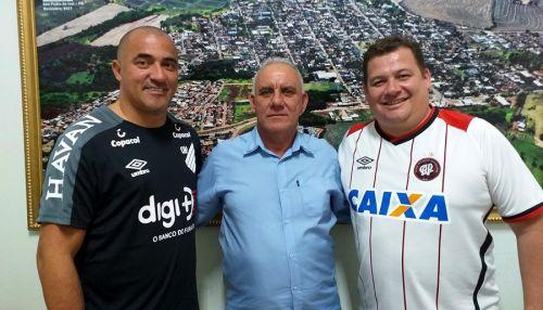 Ex-jogador do São Paulo e Atlético/PR visita São Pedro do Ivaí