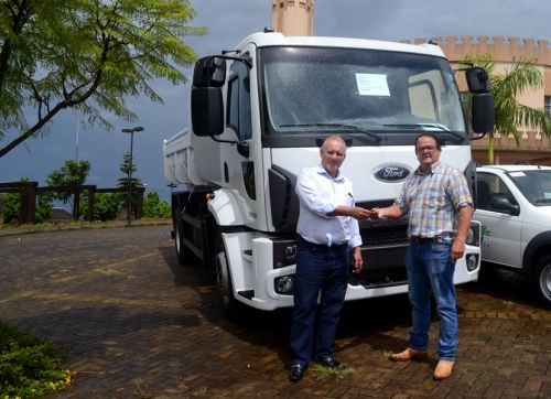 São Pedro do Ivaí recebe caminhão basculante e mais dois utilitários novos
