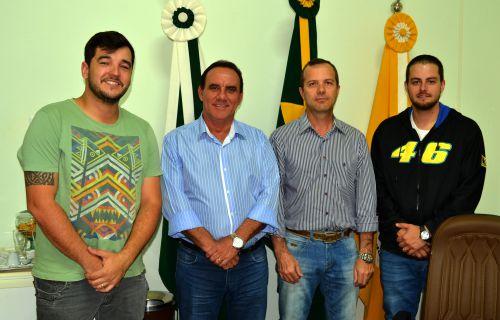 Prefeito José Isalberti com engenheiros da prefeitura e empresa que executará a obra
