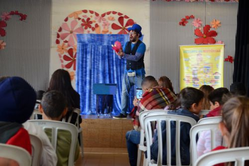 Estudantes da rede municipal assistem teatro infantil de projeto cultural