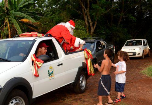 Chegada do Papai Noel no Distrito Marisa enche de alegrias crianças e adultos