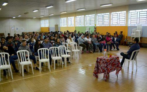 Em SPI, adolescentes participam de evento com escritor premiado