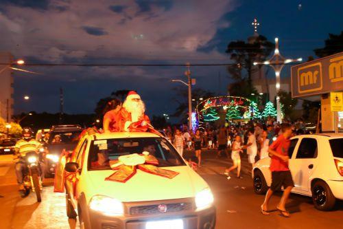 Na praça Padre José Rossi, Papai Noel encantou crianças e adultos