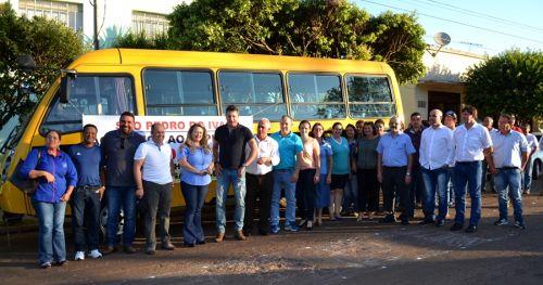 Com ônibus para educação, prefeito José Isalberti e deputado Sérgio Souza anunciam pacote de investimentos