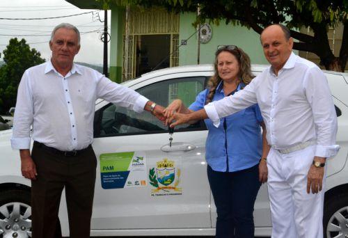Com Dr. Batista, prefeito José Isalberti faz entrega oficial de veículo à educação