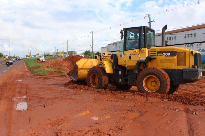 Secretaria de Infraestrutura retira areia acumulada na BR-376