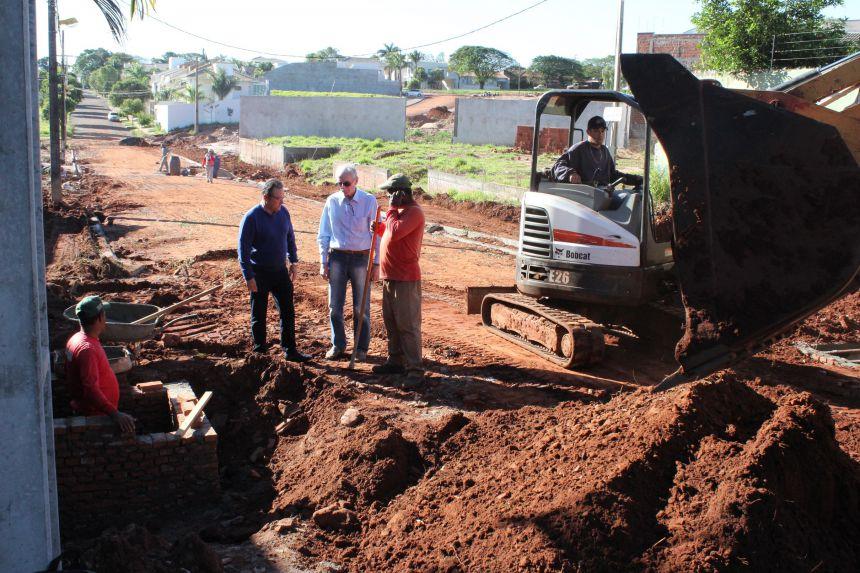 Prefeito visita obras na Rua Antônio Vendramin, que deve ser pavimentada na próxima semana