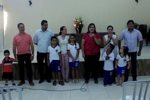 Alunos da rede municipal de ensino recebem uniformes escolares