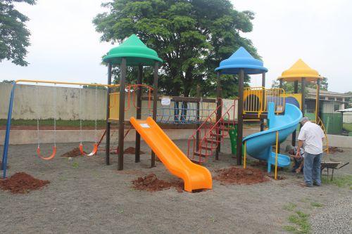 ESCOLA MUNICIPAL CHAPEUZINHO VERMELHO C M E I GANHA PARQUE INFANTIL