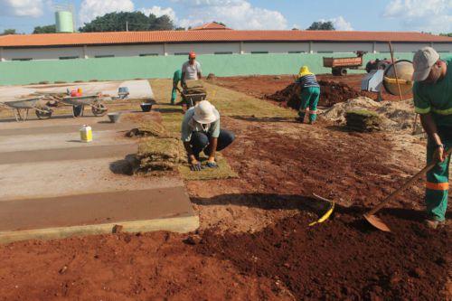 Prefeitura realiza plantio de grama onde será instalado o Parque Infantil e a Academia da Terceira Idade