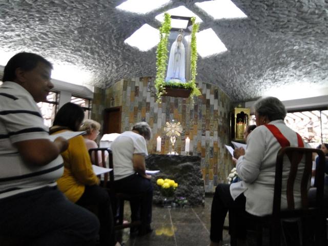 Adoração, recitação do Sto Terço, Santa Missa e coroação de Nossa Senhora de Fátima.
