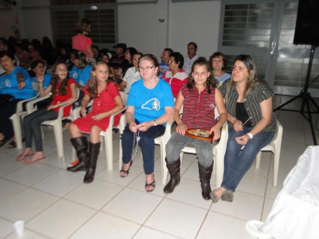 TERÇO PELAS FAMÍLIAS com as CRIANÇAS e FAMÍLIAS da CATEQUESE e MISSIONÁRIAS DA MÃE PEREGRINA.
