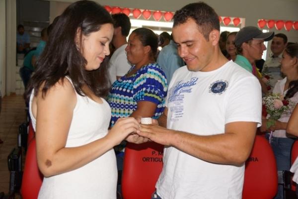 50 casais oficializam união em casamento coletivo
