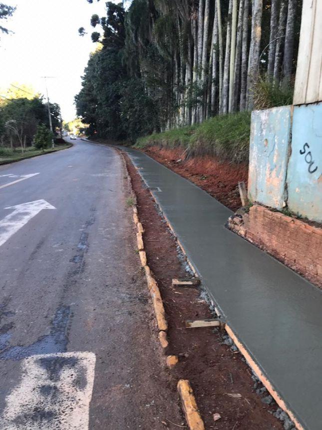 fase de concretagem de calçadas de (passeio público)