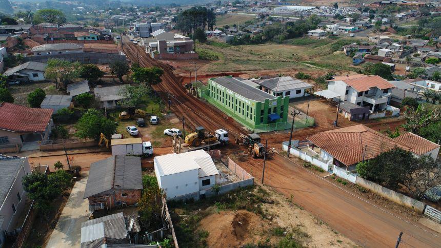Prefeitura inicia terraplanagem para implantação de asfalto na Rua São Tomé