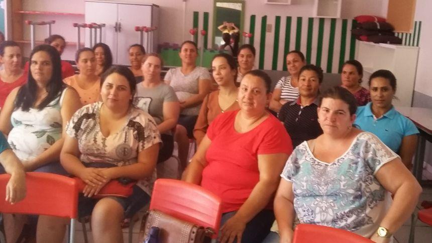 NUTRICIONISTA RESPONSÁVEL PELO PNAE CAPACITA MERENDEIRAS DA REDE MUNICIPAL DE ENSINO