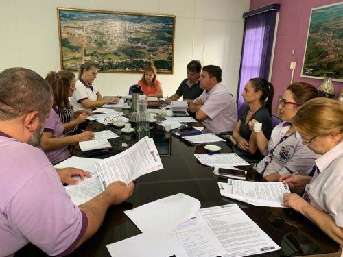 A prefeita Lourdes Banach (no centro), durante reunião com secretários, discute as medidas contra o coronavírus