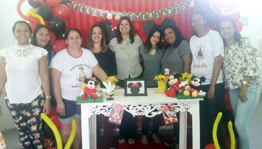 Primeira-dama Rose Barbosa (ao centro), com a assistente social Mônica e equipe do Raio de Sol