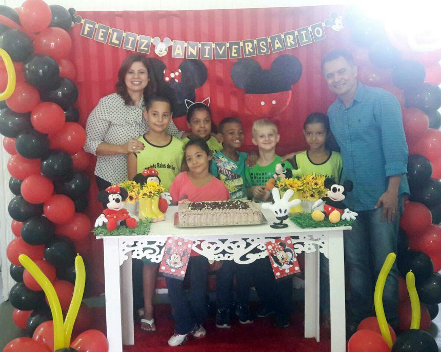 Primeira-dama Rose Barbosa e o prefeito Val Dantas com as crianças aniversariantes do período da manhã