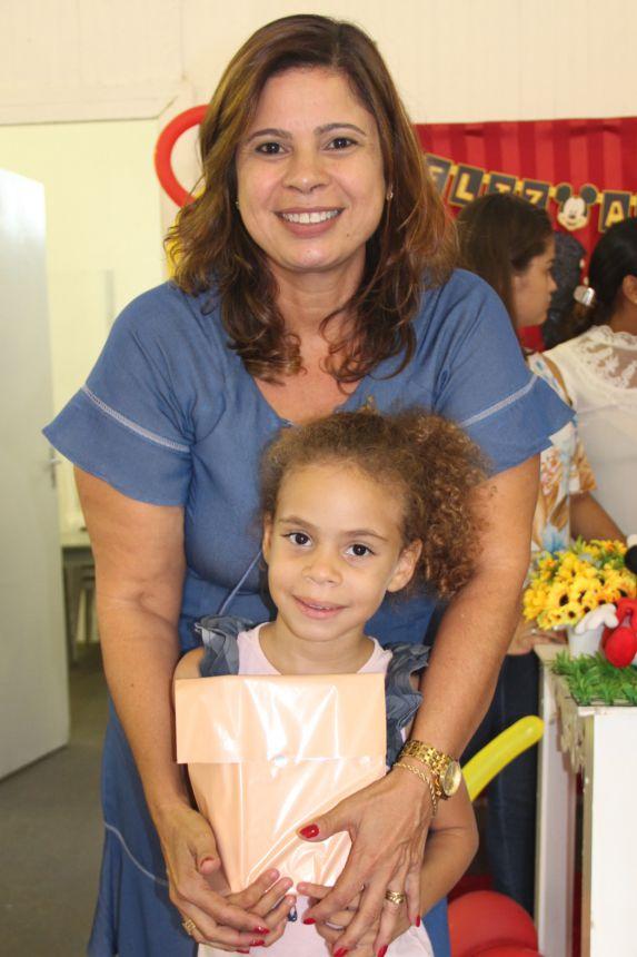 Aluna Yara recebe a lembrancinha da primeira-dama Rose Barbosa