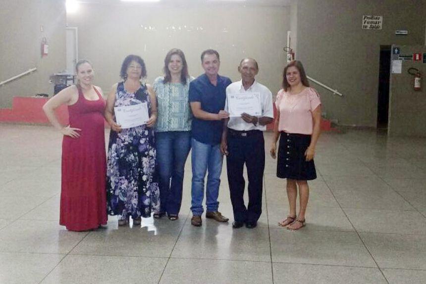 Professora Roseane, primeira-dama Rose Barbosa, prefeito Val Dantas e coordenadora Lucimar após entrega de certificado aos alunos