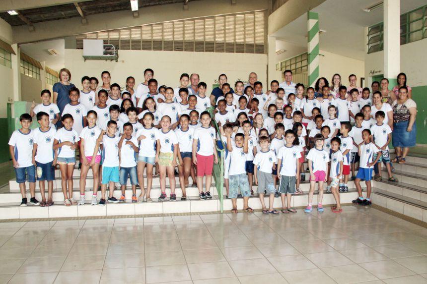 Autoridades e professoras com os alunos da escola Nelson Magnani, após entrega de uniformes