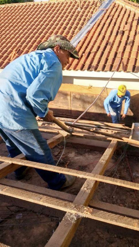 Equipe atuando na troca de telhado