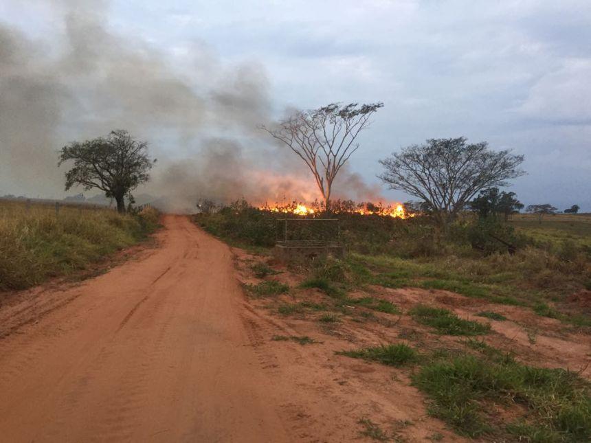 Bombeiros e funcionários da prefeitura controlam incêndio no Aterro Sanitário de Mariápolis