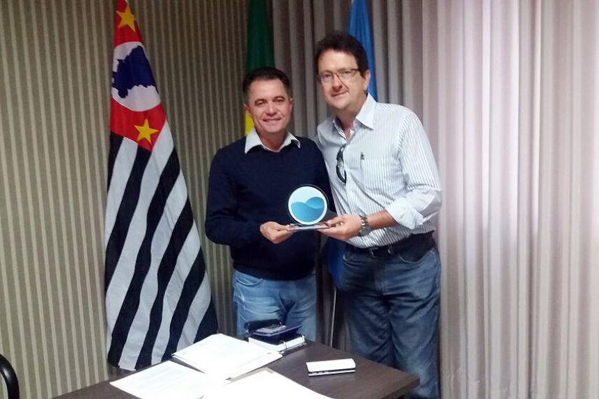 Prefeito Val Dantas e o gerente da Sabesp de Adamantina Décio, durante entrega do troféu
