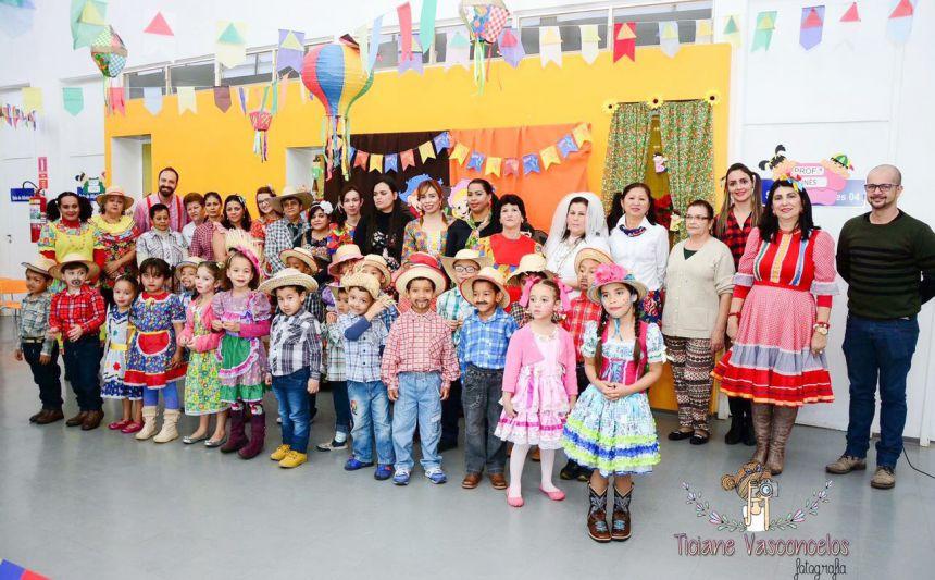 Diretora Sueli Costa, professores, servidores e alunos durante a festa