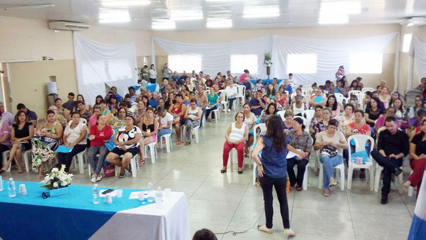 Público atento à palestrante da conferência
