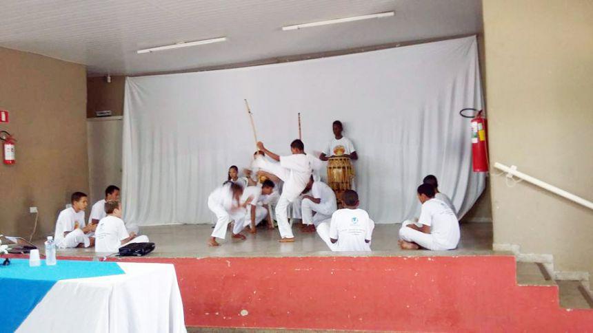 Integrantes do Projeto Capoeira durante apresentação