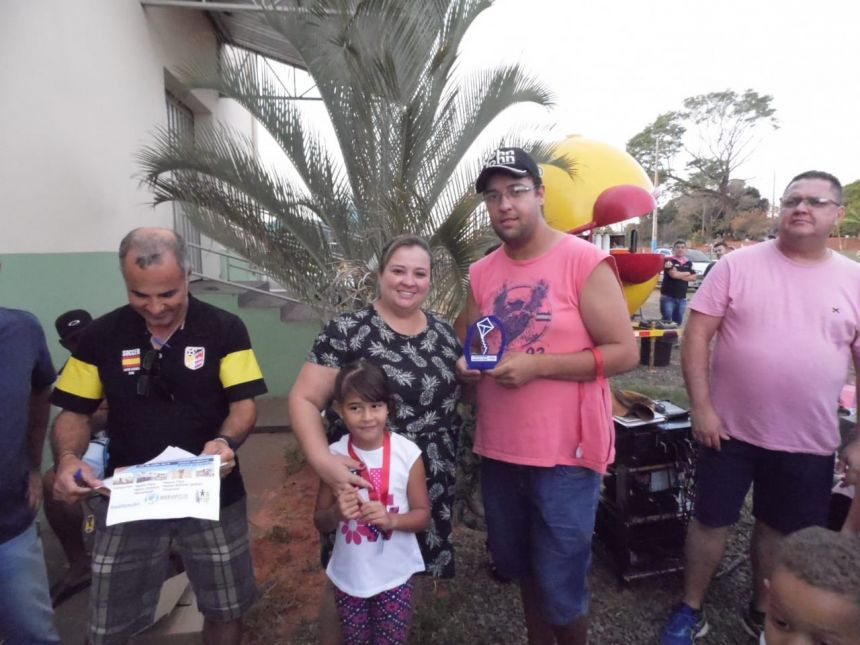 Conselheira Tutelar Vamila entrega trof�u para Daniel (maior rabiola)