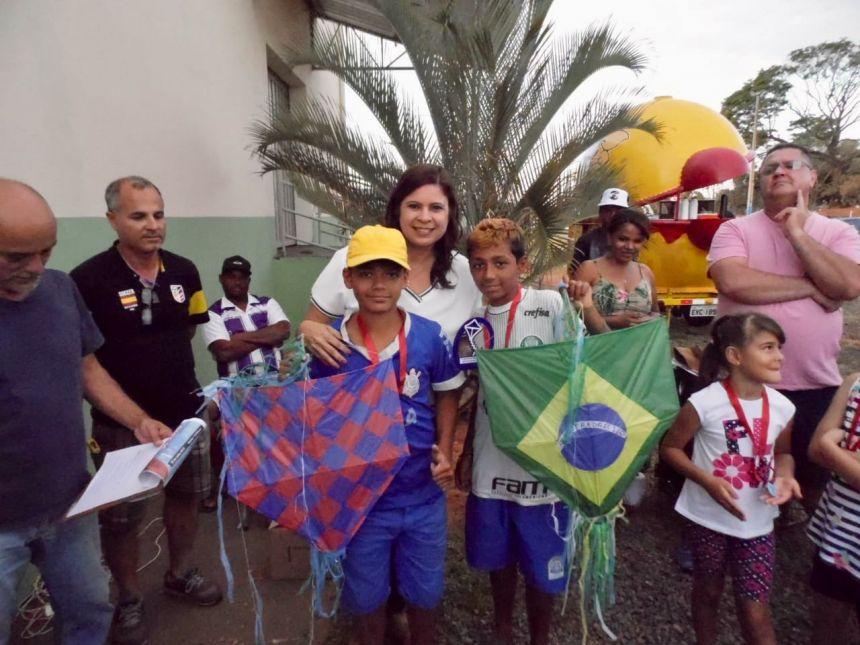 Primeira-dama Rose Barbosa entrega trof�us para Alex e Antonio (revela��o)