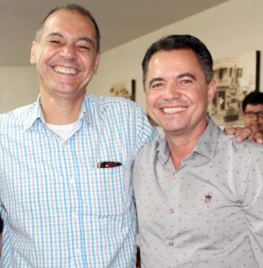 Diretor regional da CDHU Milton Carlos de Melo (Tupã) e o Prefeito Val Dantas