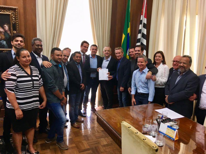 Vice-governador M�rcio Fran�a com deputado Ed Thomas, demais prefeitos e vereadores