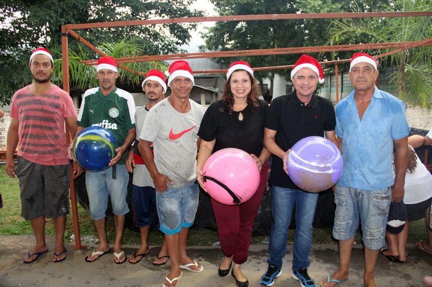 Bolas foram distribuídas às crianças