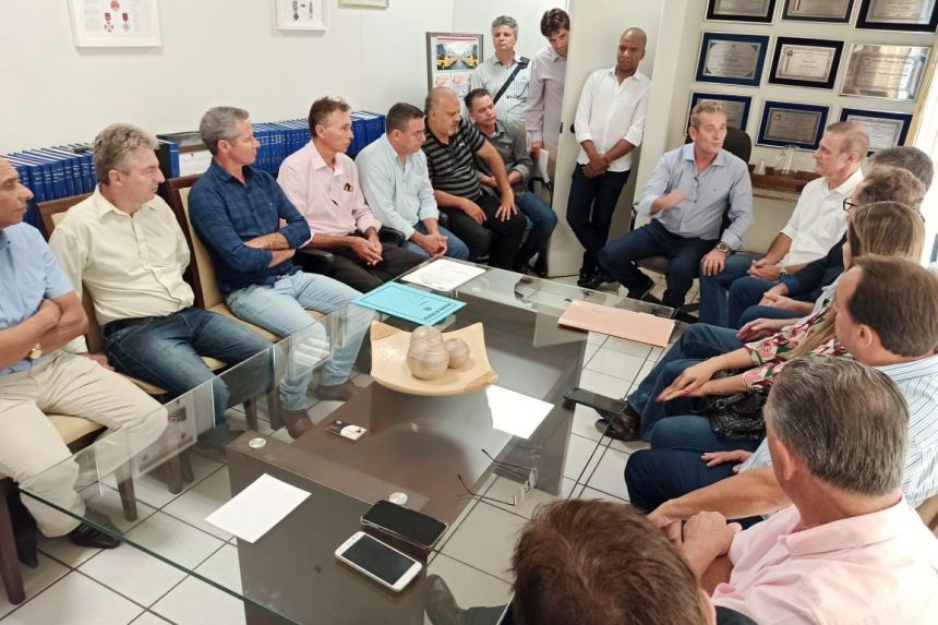 Prefeito Val Dantas assina convênio para construção de Campo de futebol society sintético