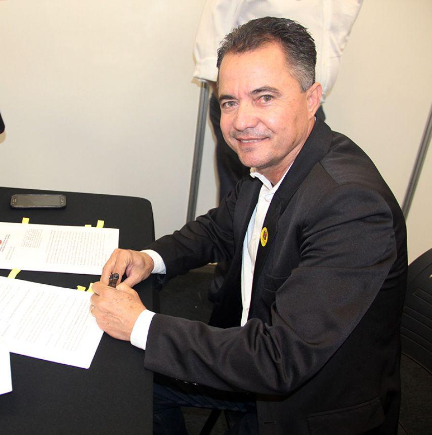 Prefeito Val Dantas assina convênio de R$ 300 mil para troca de iluminação das avenidas por lâmpadas de led