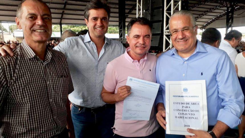 Milton Carlos de Mello (Tup�), Marcelo Hercolin - diretor de Atendimento Habitacional, prefeito Val Dantas e o presidente da CDHU Eduardo Velucci