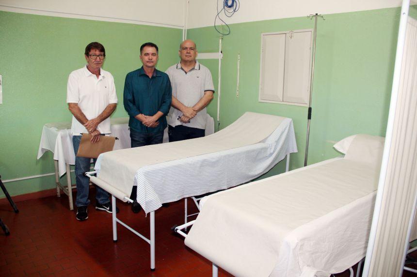 Diretor de Sa�de Mauro Coletti, prefeito Val Dantas e o vereador Sigmar, ao lado das novas macas