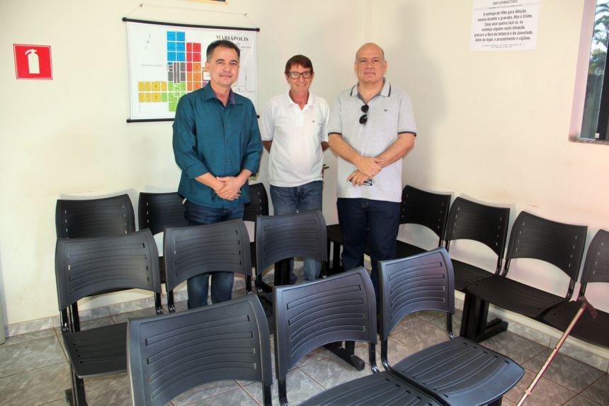 Prefeito Val Dantas, diretor de Sa�de Mauro Coletti e o vereador Sigmar, atr�s das cadeiras longarinas