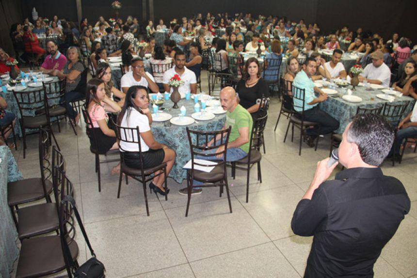 Prefeito Val Dantas agradecendo os participantes