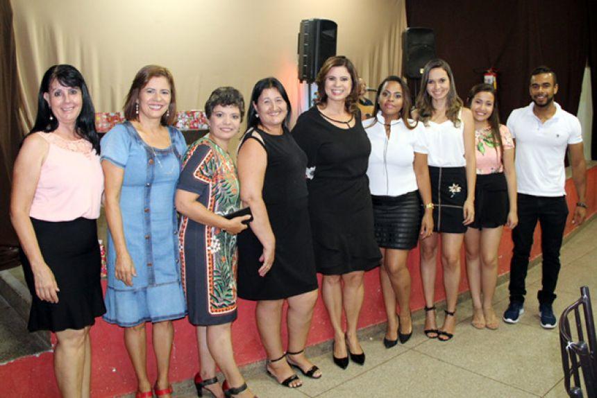Primeira-dama Rose Barbosa ladeada pela equipe da secretaria e Cras